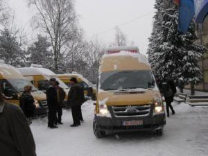 Dotare: Şase localităţi din Suceava au primit marţi microbuze pentru transportul elevilor