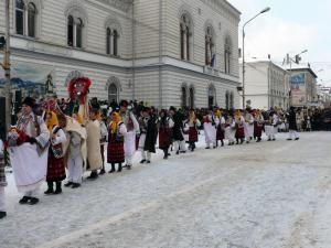 Pe strada principală din municipiu, peste 600 de urători şi mascaţi invitaţi la festival au făcut o paradă