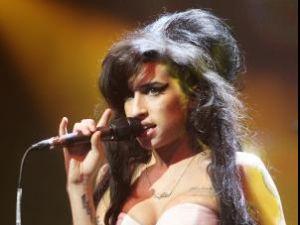 Primele versuri scrise de Amy Winehouse, descoperite într-un tomberon