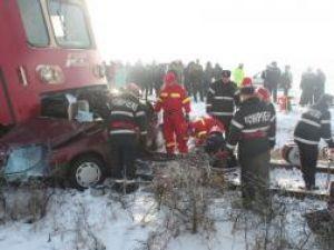Cele patru persoane - o femeie şi trei bărbaţi - aflate în maşina lovită de tren au fost găsite decedate. Foto: Monitorul de Botoşani