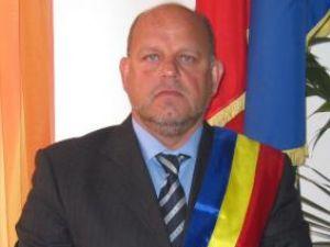 Primarul municipiului Rădăuţi, Aurel Olărean, a fost primul contribuabil care şi-a achitat dările locale pentru anul în curs