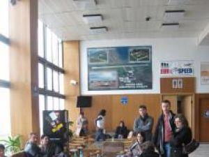 """Câteva zeci de persoane care trebuiau să zboare în cursul zilei de ieri de la Suceava la Bucureşti, blocate ore întregi pe Aeroportul """"Ştefan cel Mare"""""""
