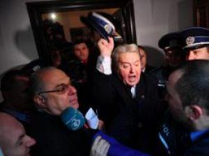 Liderul Partidului România Mare (PRM), Corneliu Vadim Tudor (C), ameniţă un poliţist, în sediul PRM din Bucuresti. Foto: Octav GANEA / MEDIAFAX FOTO