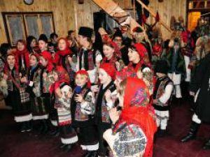 """Ansamblul """"Poieniţa"""" duce tradiţiile în ţară şi peste hotare"""