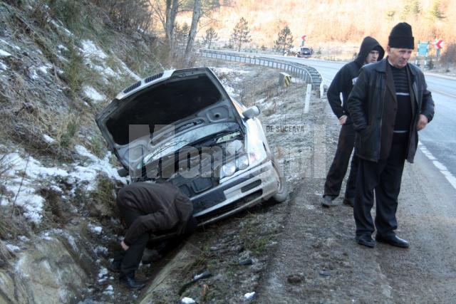 BMW-ul a fost scos din şanţ chiar de un utilaj care împrăştia material antiderapant pe şosea