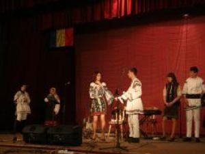 """Artiştii Ansamblului """"Ciprian Porumbescu"""" şi elevii Colegiului """"Petru Muşat"""", pe aceeaşi scenă, de Ziua Unirii"""