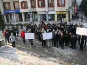 Protest: Aproape 100 de social democraţii suceveni au pichetat sediul PDL Suceava