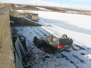 Maşina s-a răsturnat la marginea unui iaz de pe marginea drumului comunal Bosanci-Cumpărătura