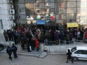 Profesori de la mai multe şcoli generale, grădiniţe şi licee din municipiu s-au adunat ieri în faţa Trezoreriei Suceava