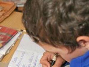 Se întâmplă ca situaţia şcolară a unui copil să se înrăutăţească exact după plecarea părinţilor în străinătate