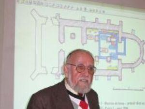Arheologul Adrian Bătrîna şi imaginea proiectată a planurilor suprapuse ale bisericii Sf. Nicolae din Rădăuţi