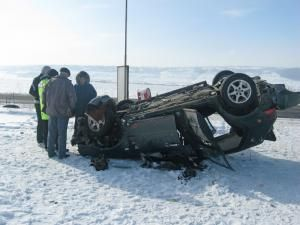 O pasageră din acest autoturism a fost preluată de o ambulanţă şi dusă la spital