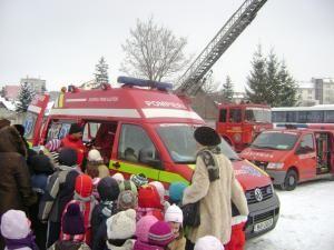 """Zeci de grupuri de preşcolari şi şcolari au făcut, ieri, ore la pompieri, în cadrul """"Zilei Porţilor Deschise"""""""