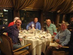 Suceveanul Adrian Ştefănescu (plan îndepărtat) a cinat cu celebrul Sir Alex Ferguson