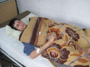 Emanuel Miron a fost transportat cu o ambulanţă la Spitalul Municipal Rădăuţi, unde a rămas internat, fiind suspectat de degerături la nivelul membrelor inferioare