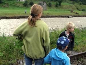 Copiii aflaţi în grija statului, ai căror părinţi nu i-au vizitat un an de zile, intră pe lista copiilor adoptabili