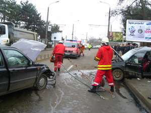 Impactul dintre cele două maşini a fost foarte violent, trei persoane fiind rănite, una dintre acestea fiind în stare foarte gravă