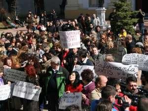 200 de cadre didactice din municipiul Suceava au pichetat ieri Prefectura