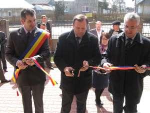 Tăierea panglicii inaugurale la noul sediu al Primăriei Salcea