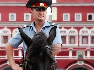 Un inspector al poliţiei ruse, prins în flagrant în timp ce lua mită, s-a închis în maşina sa, a rupt bancnotele şi le-a înghiţit