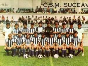 Alexa, al cincilea de la stânga la dreapta în rândul de sus, în fotografia de grup a echipei care a dus Suceava pentru prima dată în Divizia A