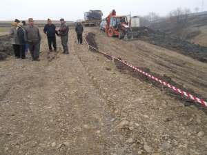 Câteva zeci de persoane din comuna Şcheia au blocat ieri, timp de câteva ore, lucrările la şoseaua de centură a Sucevei