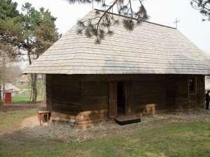 În lăcaşul de cult din Muzeul Satului Bucovinean se săvârşesc toate sfintele slujbe, în afară de înmormântări