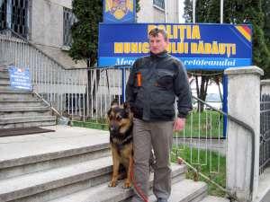 Agentul-şef Florin Afrăsinei şi câinele poliţist Mat