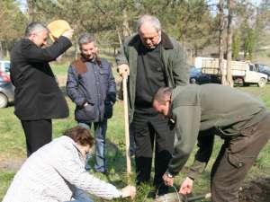 Philip Rozopol şi comisarii de mediu, plantând viitorii arbori din parcul Şipote