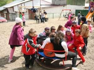 Câteva zeci de copii au venit la deschiderea noului loc de joacă
