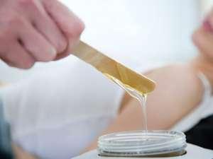 Prin epilarea cu ceară scăpaţi de problema firelor de păr crescute sub piele