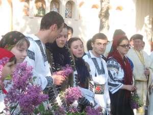 """Zeci de credincioşi, prezenţi la sfinţirea Bisericii """"Sf. Constantin şi Elena"""" de pe Zamca"""