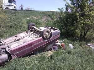 S-au răsturnat cu maşina 40 de metri într-o râpă