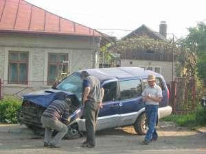 Maşina în care se afla şoferul care se deplasa regulamentar, grav avariată