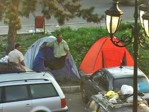 Unii romi dormeau în maşini, alţii în corturi, iar alţii direct pe jos, pe pături