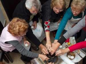 Artiştii australieni deprind tehnici de încondeiere a oului de la Lucia Condrea Foto: Gheorghe VALENTIN