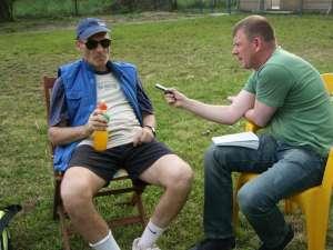 """Cristian Tudor Popescu discutând cu redactorul """"Monitorului de Suceava"""""""