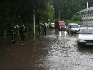 La Uzină, cantitatea mare de apă şi canalul înfundat au făcut ca strada să devină impracticabilă