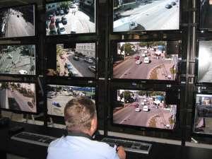 Imaginile transmise de camerele video sunt supravegheate non-stop de poliţişti comunitari