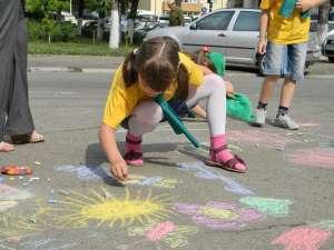 Copii de grădiniţă au participat la un concurs de desene pe asfalt