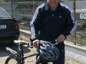 Gheorghe Flutur şi-a achiziţionat în cursul zilei de ieri o bicicletă, pe care a probat-o pe traseul de la Consiliul Judeţean şi până la ieşirea din Suceava spre Gura Humorului