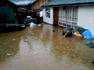 Ploile torenţiale care au căzut joi au provocat inundarea mai multor curţi, pensiuni şi restaurante din Vatra Dornei