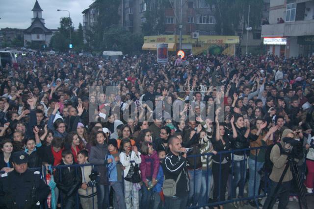 Deşi vremea nu a fost una deloc potrivită pentru un concert în aer liber, scenă a fost împânzită de o mare de oameni