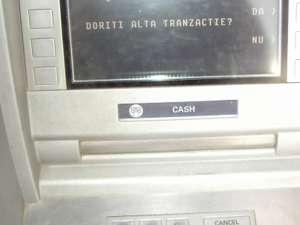 Indivizii au lipit în faţa fantei de eliberare a numerarului de la bancomat un dispozitiv care bloca banii