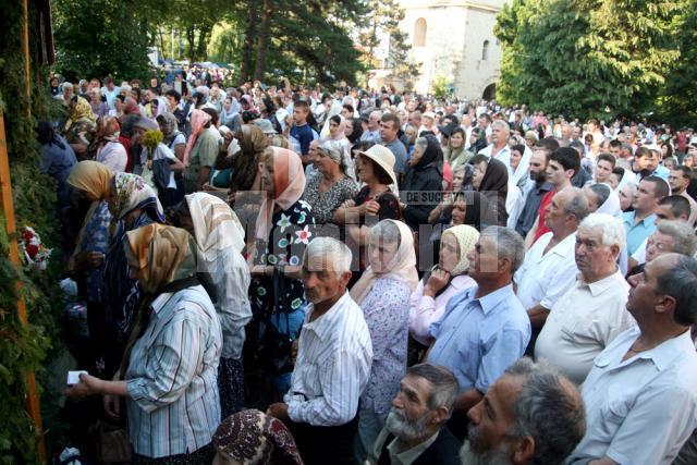 Credincioşii au participat aseară la slujba Privegherii în cinstea Sfântului Ioan Botezătorul şi Sfântului Ioan cel Nou de la Suceava