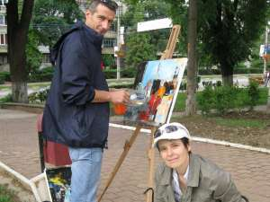 Carmel Georgescu şi Ana Maria Ovadiuc, pictând în parc