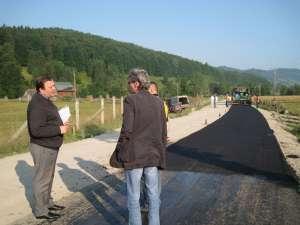 Gheorghe Flutur a inspectat ieri dimineaţă lucrările de modernizare a drumului judeţean Poiana Micului-Suceviţa