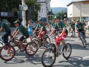 """Peste o sută de tineri pelerini cu biciclete şi pe jos au plecat ieri de la Gura Humorului pe """"drumurile smereniei"""""""