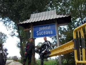 Sebastian şi Robert, la intrarea în judeţul Suceava