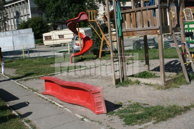 Pentru că jgheabul toboganului lipsea, copilul a căzut de la un metru şi jumătate,  medicii trebuind să îi extirpe splina